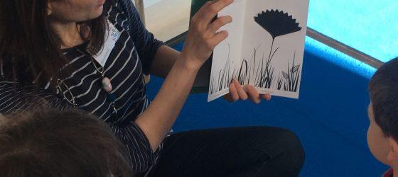 una signora legge un libro a dei bambini